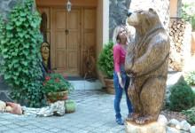 Drevený medveď,vyrezaný motorovou pílou