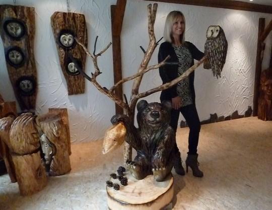 drevená sova s medveďom