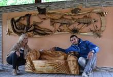 Drevená lavica a relief na stenu
