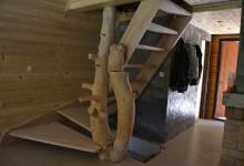 Drevené samonosné schody so sovou