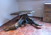 Drevený stolík pod televízor