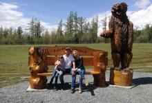 Drevená lavica s medveďom
