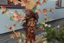 Umelecký drevený stojan
