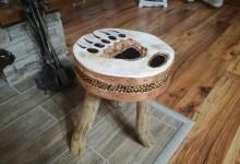 Drevený stolček ku krbu