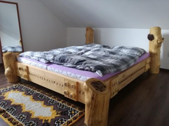 Drevená masívna manželská posteľ