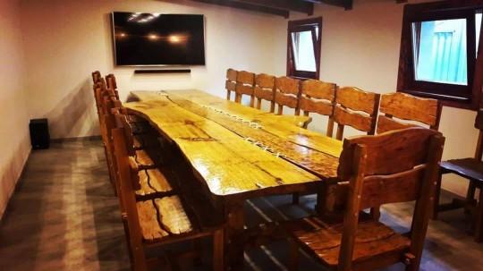 Masívny drevený stôl so stoličkami