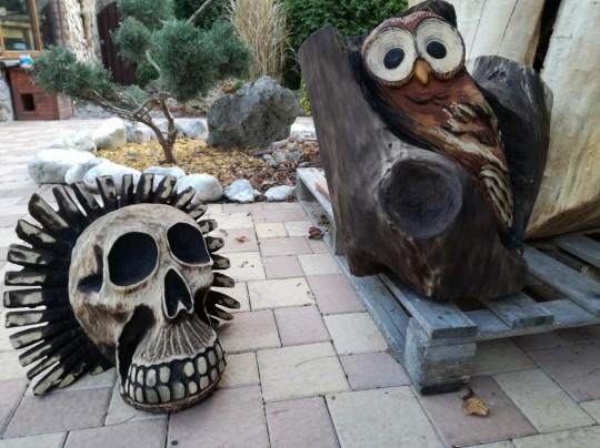 Drevená lebka a sova