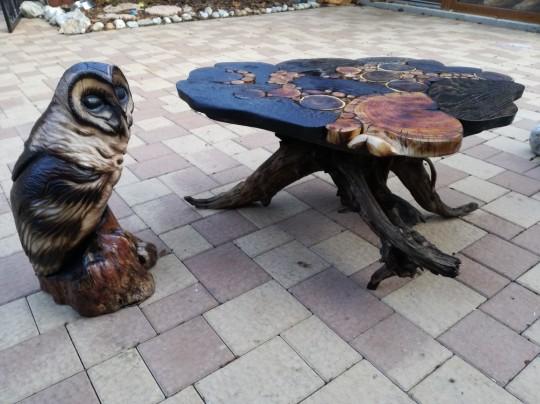 Drevená sovička a konferenčný stolík