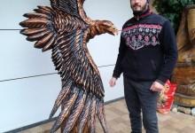 Drevená socha orla skalného
