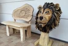 Drevená lavica a hlava leva
