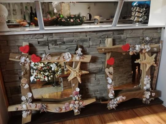 Orechové zrkadlo zdobené mušľami