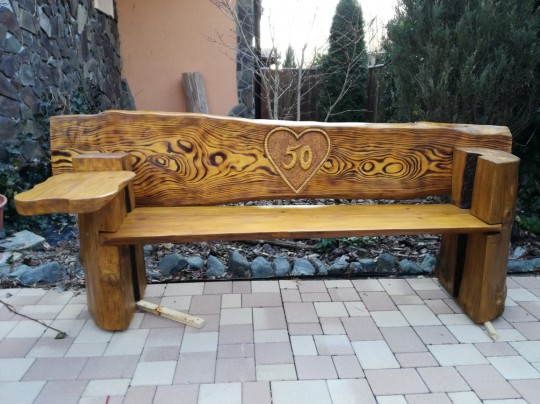 Drevená lavica do záhrady