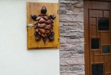 Drevená skrinka na stenu-korytnačka (prekrytie el. skrinky)