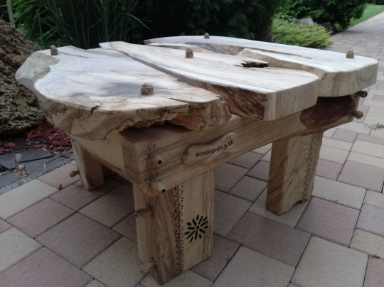 Konferenčný stolík z orecha,rozmer 85×85 (cm)