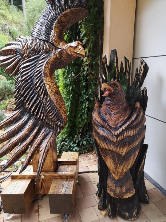 Drevené sochy orlov