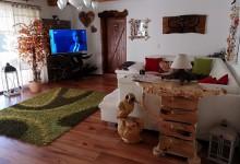 Interier vyzdobený drevenými doplnkami