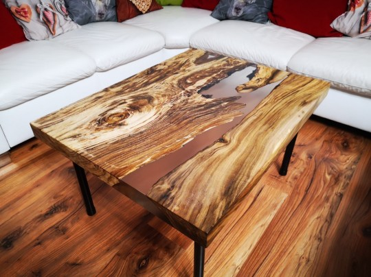 Orechový stolík do obyvačky zaliaty epoxidovou živicou