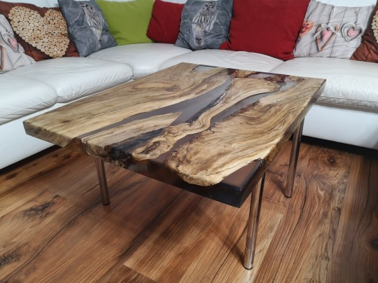 Konferenčný stolík z orechového dreva zaliaty epoxidom