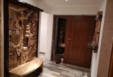 Drevená vešiaková stena