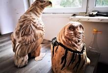 Drevená socha orla a sovy