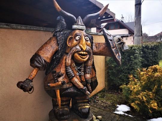 Drevená socha vikinga,výška 2,3m
