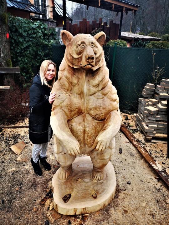 Veľká drevená socha medveďa
