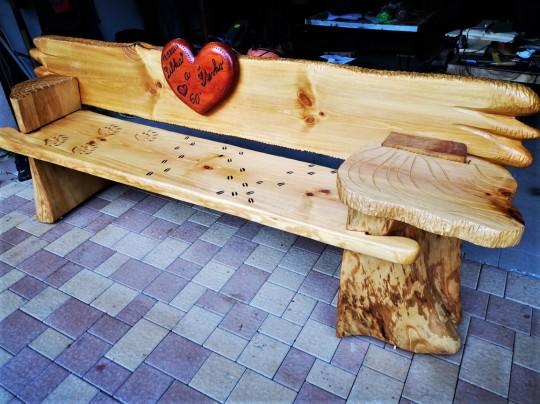Drevená lavica s odkladačom do záhrady