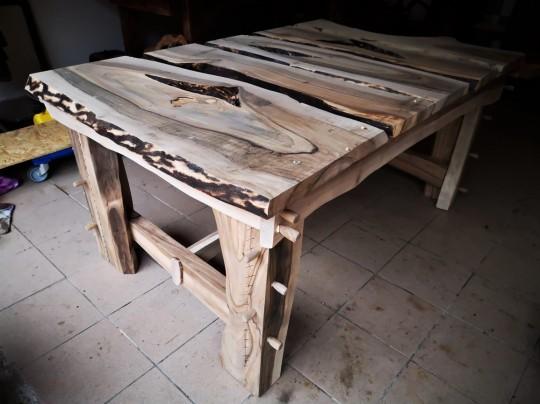 Orechový jedálenský stôl