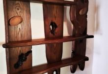 Drevené dekoračné police na stenu z jaseňa